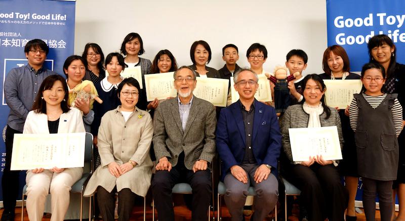 受賞者と日本保育学会会長 汐見稔幸先生、理事長 藤田篤との集合写真